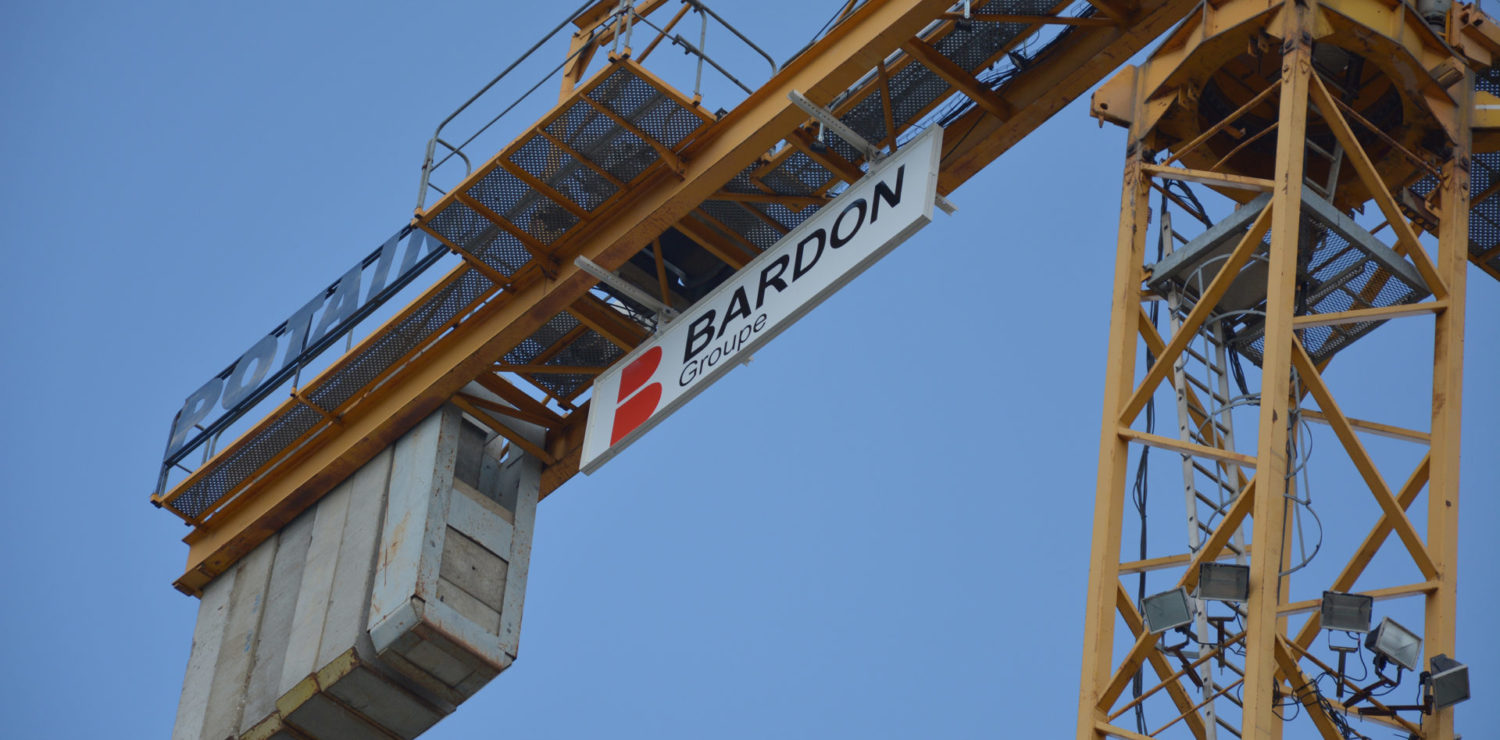 https://www.groupe-bardon.com/app/uploads/2020/05/Chantier_grue_Bardon_jaune.jpg